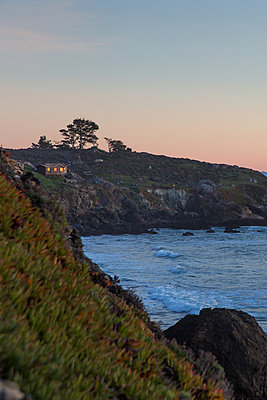 Steep coast at sunset - p756m2126118 by Bénédicte Lassalle