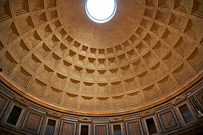 Dome of pantheon - p851m1048664 by Lohfink