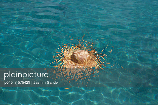 Strohhut treibt auf Wasseroberfläche - p045m1575429 von Jasmin Sander