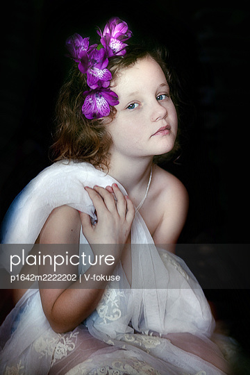 Little girl with purple flowers in her hair - p1642m2222202 by V-fokuse