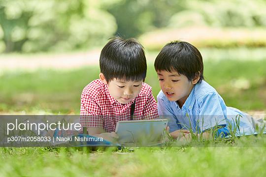 Japanese kids in a city park - p307m2058033 by Naoki Nishimura