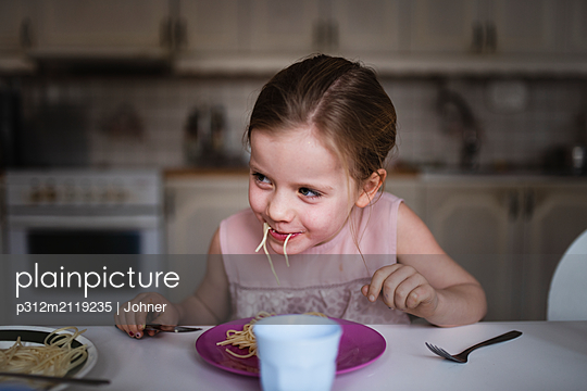 Smiling eating spaghetti - p312m2119235 by Johner