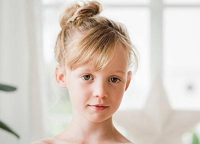close up portrait of a small innocent looking girl - p1166m2212976 by Cavan Images