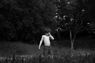 Müder kleiner Junge - p1308m1136781 von felice douglas