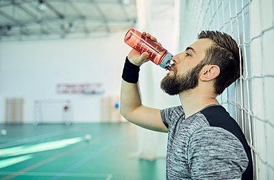 Basketball player drinking from plastic bottle - p300m1587006 von Zeljko Dangubic