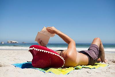 Buch am Strand lesen - p045m1362452 von Jasmin Sander