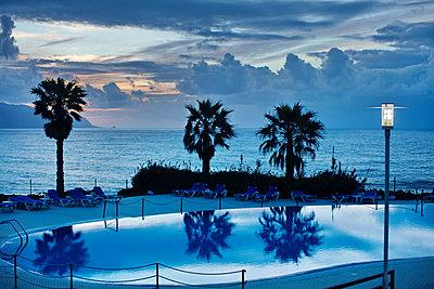Swimmingpool am Meer auf Madeira - p1016m1137521 von Jochen Knobloch