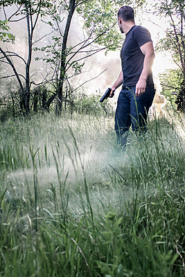 Bewaffneter Mann auf einem Feld - p1019m1424623 von Stephen Carroll