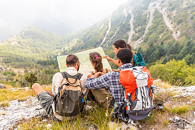 Italy, Massa, group of people hiking and looking at a map in the Alpi Apuane - p300m2062971 von William Perugini