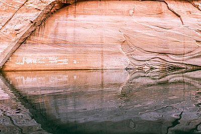 Scenery of sandstone cliffs surrounding Lake Powell, Utah, USA - p343m1578143 by Suzanne Stroeer