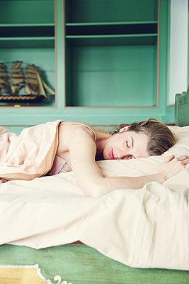 Schlafende Frau - p904m1133636 von Stefanie Päffgen