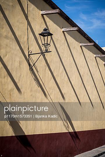 plainpicture - plainpicture p1170m1573351 - Wall, San Miguel de Allende... - plainpicture/Bjanka Kadic