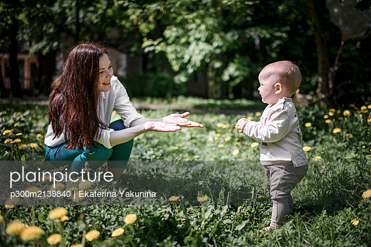 Mother with her baby boy on a meadow in the park - p300m2139840 von Ekaterina Yakunina