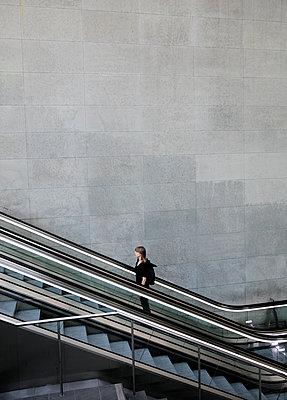 Frau auf der Rolltreppe im Bahnhof PP I - p1212m1137085 von harry + lidy