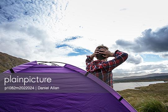 Junger Mann beim Camping - p1082m2022024 von Daniel Allan