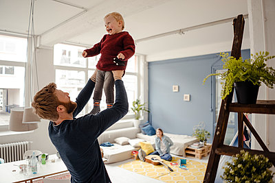 Father and baby son having fun together at home - p300m1581114 von Kniel Synnatzschke