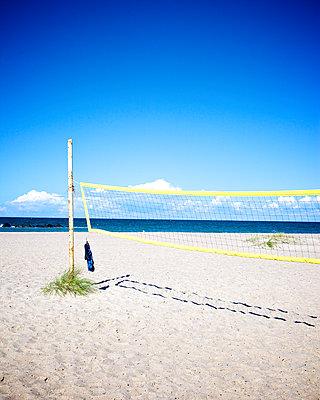 Beachvolleyballnetz - p606m1481445 von Iris Friedrich