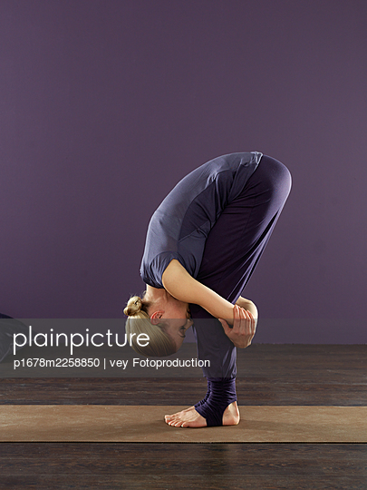 Blonde woman practising yoga - p1678m2258850 by vey Fotoproduction