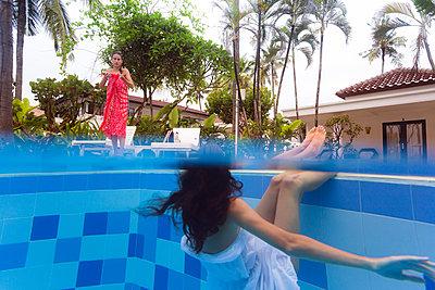 Zwei Frauen entspannen sich am Pool - p1108m1194358 von trubavin