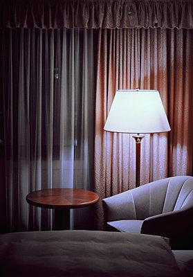 Hotelzimmer mit Stehlampe - p1210m1564773 von Ono Ludwig