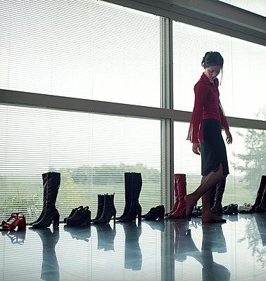 Frau mit vielen Schuhen - p1231m1059781 von Iris Loonen