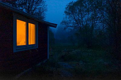 Erleuchtetes Fenster - p1418m2185794 von Jan Håkan Dahlström
