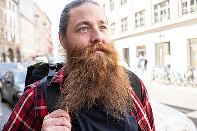 Male traveller hipster on streets, Berlin, Germany - p429m2075305 by Tamboly