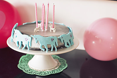 Birthday cake decorated with unicorns - p623m1086440f by Anne-Sophie Bost