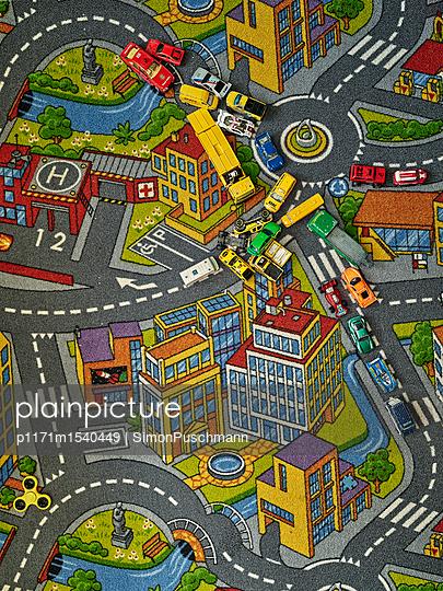Spielzeugautos im Kinderzimmer - p1171m1540449 von SimonPuschmann