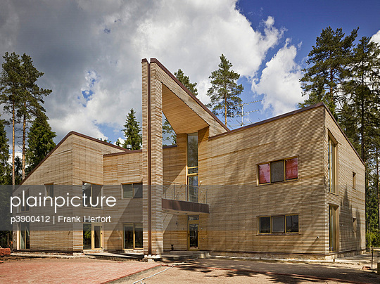 Haus im Wald - p3900412 von Frank Herfort