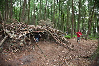 Children building a shed in the forest - p1231m1138063 by Iris Loonen