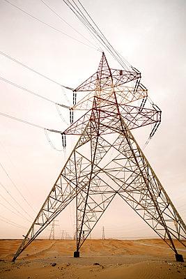 Strommasten in der Wüste, Abu Dhabi, Vereinigte Arabische Emirate - p1316m1160666 von Harald Eisenberger