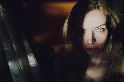 Blonde Frau zwischen Licht und Schatten - p1577m2220093 von zhenikeyev