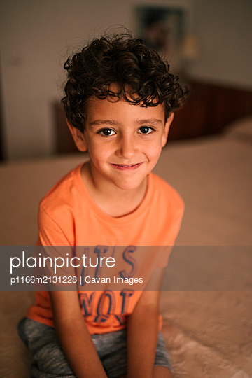 Portrait of curly haired Caucasian child - p1166m2131228 by Cavan Images
