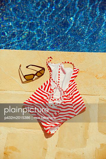 Badeanzug und Brille am Beckenrand - p432m2015386 von mia takahara