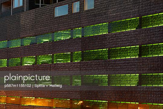 Beleuchtetes Parkhaus - p587m1155102 von Spitta + Hellwig