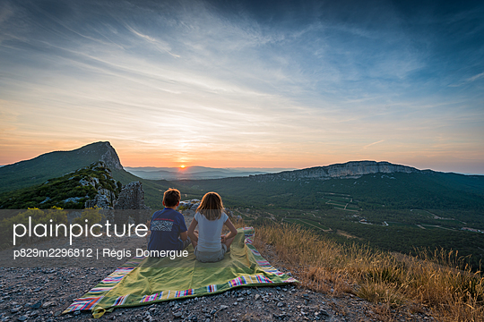 Frankreich, Brother and sister at the sunset - p829m2296812 by Régis Domergue