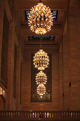 Kronleuchter in der Grand Central Station, New York City, USA - p473m670481f by STOCK4B-RF