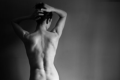 Muscular back of nude Caucasian woman - p555m1409029 by Shestock