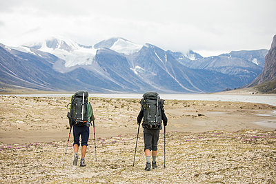 Two backpackers hiking in Auyuittuq National Park, Canada. - p1166m2171450 by Cavan Images