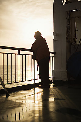 Man on viewing platform looks out on Atlantic Ocean  - p1477m1586586 by rainandsalt