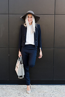 Portrait of smiling stylish young woman outdoors - p300m1505843 by Giorgio Fochesato