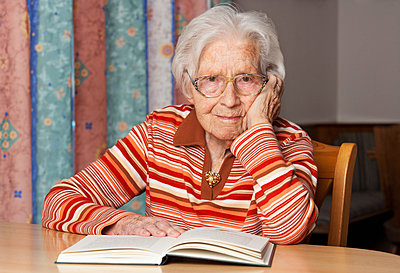 Portrait of senior woman with opened book - p300m981175f by Wolfgang Weinhäupl