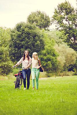 Ausflug mit Freundin - p904m932244 von Stefanie Päffgen