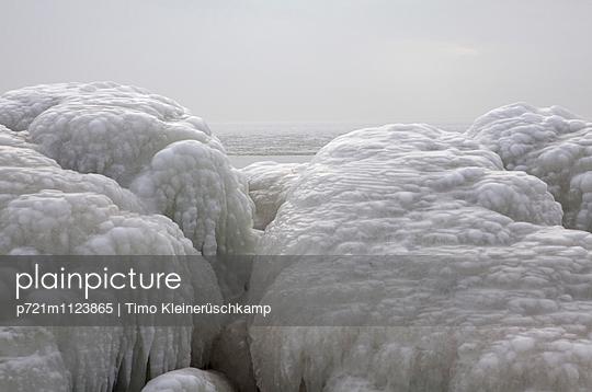 Sassnitzer Hafenmole in Winter - p721m1123865 von Timo Kleinerüschkamp