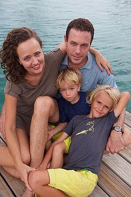 Harmonisches Familienportrait - p045m2028554 von Jasmin Sander