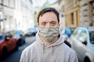Mann mit Mundschutz auf der Straße - p1164m2177961 von Uwe Schinkel