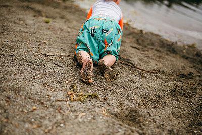Krabbelkind am Strand - p1238m1042044 von Amanda Voelker
