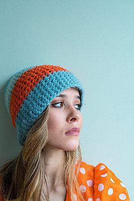 Frau in orangefarbenem Kleid  - p427m2063093 von Ralf Mohr