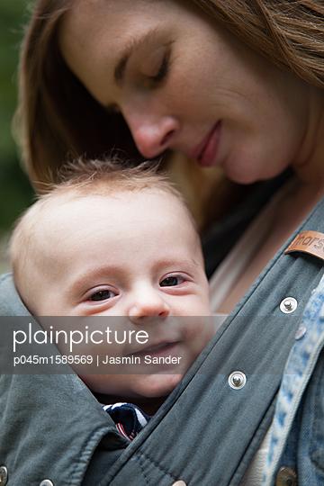 Süßes Baby lacht in Kamera - p045m1589569 von Jasmin Sander